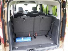 ford – Jinak docela velký zavazadlový prostor byl znehodnocen třetí řadou sedadel