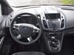 ford – Moderní, přehledné pracoviště řidiče, množství tlačítek na palubní desce se ale špatně udržuje v čistotě
