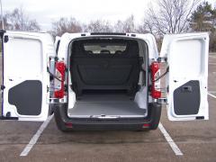 toyota – Dvoukřídlé symetrické dveře umožňují při nakládání využít i vysokozdvižný vozík