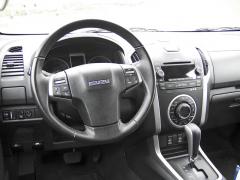 isuzu - Pracoviště řidiče má zcela evropský design a nabízí dost prostoru