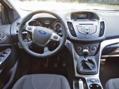 ford-Pracoviště řidiče je kvalitně zpracováno, design je shodný jako třeba u modelu Fokus