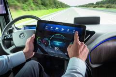 Informace zvozidla budou sdíleny inajiných koncových zařízeních, takže pokud řidič/operátor nebude chtít, nemusí se nutně ani dívat přímo před sebe.