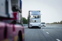 Autonomní jízda rozhodně přispěje kpravidelnému pohybu vozidel posilnici, atedy ikpropustnosti komunikace atéž kbezpečnosti provozu. Vozidlo či souprava si pokomunikuje sostatními azoptimalizuje svůj pohyb.