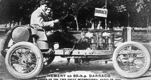 Hémery v sedle závodního vozu Darracq s 80ti koňovým motorem, s nímž slavil vítězství v r. 1905 na Ardenském okruhu v Bastogne i na Vanderbilt Cupu v USA.