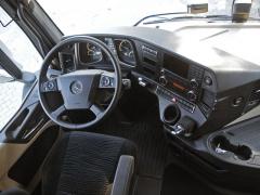 Palubní deska je tvarována do oblouku, aby měl řidič vše při ruce