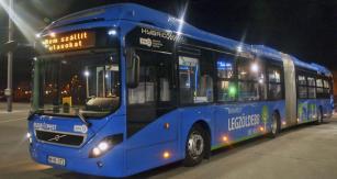 Hybridní autobus na parkovacím stanovišti