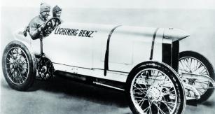 """Oldfield se svým jezdeckým uměním a""""tahem nabranku"""", co se týká vydělávání peněz, přičinil zazrod legendy – Lightning Benz – Blitzen Benz."""