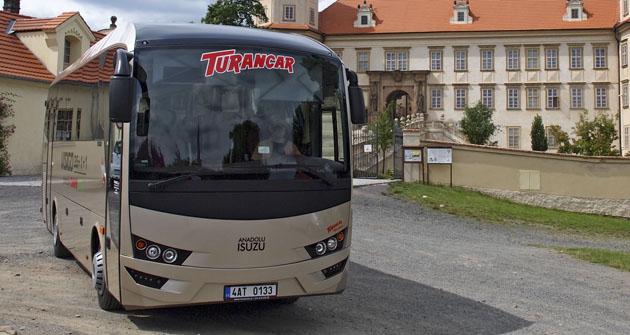 Autobus Isuzu Visigo jsme testovali i u zámku vMníšku pod Brdy