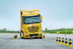 Koncern Daimler svým přístupem kvývoji aimplementaci elektronických asistenčních systémů prakticky stanovuje nové trendy vtéto oblasti.