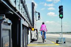 Kolize mnohatunového vozidla schodcem či cyklistou, jehož vlastní hmotnost je vůči hmotnosti silniční soupravy zanedbatelná, může být téměř stoprocentně fatální.
