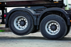 Pneumatiky druhé zadní poháněné nápravy lze přizvednout až o 140 mm nad povrch vozovky.