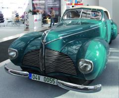 """Aero 50 Dynamik zroku 1940 Velmi povedený aoceňovaný """"výrobek"""" karosářské firmy Sodomka zVysokého Mýta. Zpravděpodobně devíti vyrobených kusů se dodnes zachovaly jen dva. Je to dvoumístný kabriolet sdvoulitrovým, dvoudobým, zážehovým, vodou chlazeným, řadovým čtyřválcem umístěným vpředu aspohonem předních kol. Výkon motoru 37 kW při 3500 min-1, spotřeba 11 -15 l/100km, celková hmotnost 1400kg, dosahovaná rychlost až 125 km/h."""