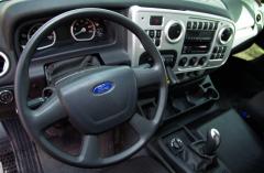 Interiér dostatečně prostorné kabiny odkazuje na osobní automobily Ford. Čtyřramenný volant není prozatím multifunkční.