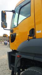 """Charakteristický konstrukční prvek vozů rodiny Cargo překonávající """"věky"""" - druhé, menší okno vedveřích poskytující řidiči výhled dospodních, předních polosfér vozu."""