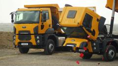 Vozidla kdispozici – pískový důl uměsta Goreme vkraji Kappadokia, Turecko.