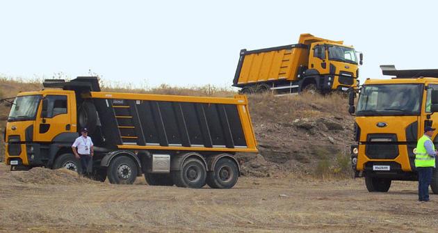 Čtyřnápravová atřínápravová stavební vozidla Ford Trucks Cargo Construction spohonem kol zadních náprav asredukcemi vnábojích kol.