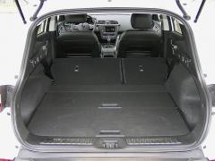 renault-Po sklopení opěradel druhé řady získáte docela rozměrný zavazadlový prostor srovnou podlahou…