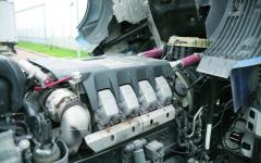 MAN V8/680 pod kabinou tahače MAN TGX – velký, široký avýkonný, leč pouze Euro V.