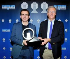 Titul prevzal zrúk predsedu jury International Truck of the Year pána Gianenrica Griffiniho (vpravo), prezident značky Iveco pán Pierre Lahutte.