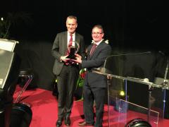 Dr.Eckhard Scholz preberá ocenenie Van of the Year 2016 pre VW T6 zrúk predsedu medzinárodnej jury pána Jarlatha Sweeney (vpravo).