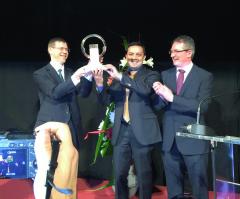 pán Jarlath Sweeney (vpravo) predáva titul aocenenie Pick up 2016 zástupcom spoločnosti Nissan Europe.