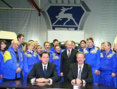 Postava prezidenta Vladimíra Vladimíroviče Putina vpozadí zareprezentanty společností GAZ Group aDaimler AG (vpravo) dokresluje míru důležitosti, sjakou minoritní vlastník skupiny, ruský stát, přistupuje ktěmto podnikatelským aktivitám.