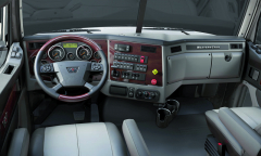 Volant aněkteré budíky přímo stejné jako vActrosu. Jak dlouho si nechá americký trucker brát svoje hračky. Ještě, že je popravé ruce alespoň nezbytná (vAmerice) Trailer Brake!
