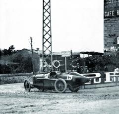 """Vroce 1914 měla být GP Francie jednoznačnou záležitostí Georga Boillota aJulese Gouxe naPeugeotech EX5, bohužel jim rybník vypálil tým Mercedes s""""jakýmsi"""" Christianem Lautenschlagerem včele,"""