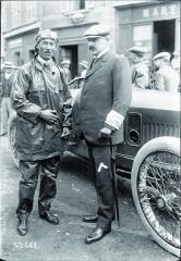 Jules Goux aRobert Peugeot naGP Francie 1914. Jules Goux byl původně osobní šofér Peugeota adojisté míry ijeho oblíbenec.