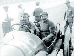 Vítězové 500 mil Indy 1913 – Jules Goux dosáhl tohoto velmi cenného vítězství jako první neamerický azároveň evropský jezdec.