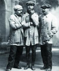 """Tři ze čtyř """"šarlatánů"""" - konstrukční tým Peugeot L76. Zleva Paolo Zuccarelli, Jules Goux aGeorges Boillot."""