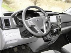 Hyundai - Pracoviště řidiče je prostorné, přehledné, snad jenom těch satelitních spínačů na volantu by mohlo být méně