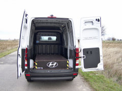 hyundai - Zadní dvoukřídlé dveře mají aretaci ve dvou úhlech. Na horním okraji střechy je namontována couvací kamera