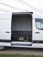 hyundai - Boční posuvné dveře umožňují naložení europalety vysokozdvižným vozíkem. Bedna spískem byla pečlivě ukotvena v podlaze