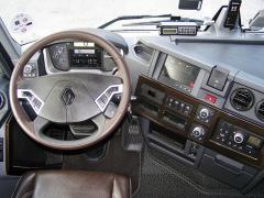 Pracoviště řidiče u verze Comfort je i barevně elegantní, volant je obšitý kůží, střední část palubní desky je natočená křidiči
