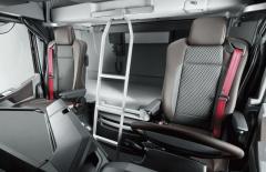 Výborné sedadlo Recaro je vybaveno červenými bezpečnostními pásy