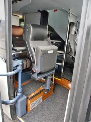 Sedadlo spolujezdce a vzadu schodiště na horní patro autobusu