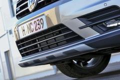 Efektní plastový kryt motoru lze nahradit i výliskem z plechu