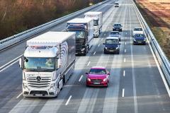 prozatím se uvažuje oPlatoonech jako jízdních četách tří až devíti propojených vozidlech.