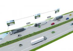 Jízda veskupině – Jízdní četě (Platoon). Vzdálenost mezi vozidly je 15m anazobrazovací jednotce (tabletu) všech vozidel vPlatoonu je obraz zkamery řídícího trucku snímající situaci před řídícím vozidlem.