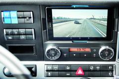 Na odnímatelném tabletu se zobrazuje aktuální situace před řídícím vozidlem.