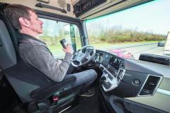 Zasíťované vozilo, spojené doPlatoonu, poskytuje během semiautonomní jízdy řidiči jistou volnost.