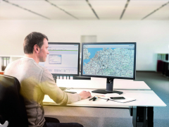 FleetBoard sbírá velké množství informací ostavu vozidla, jeho trase astatutu. Všechny informace potom posílá pomocí mobilního telefonu dovybraného centra.