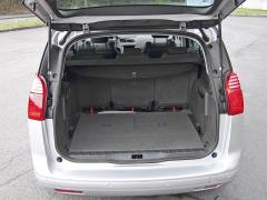 peugeot-V pětimístném uspořádání vypadá zavazadlový prostor sympaticky, ale místo pro rezervu zabrala dvě nouzová sedadla
