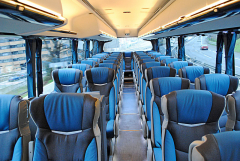 Cestující mají kdispozici komfortní sedadla vprovedení kůže/látka