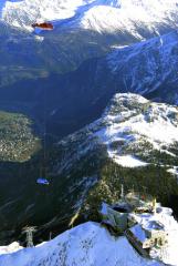 Dopravu novoučké dodávky Iveco Daily 35-160 HI-MATIC navyhlídkovou terasu Punta Helbronner (3466m) pod Mont Blanc si vzala nastarosti posádka veŠvýcarsku registrované ruské helikoptéry Kamov Ka-32A12 HB-XKE společnosti HeliSwiss sdomovským letištěm vChambéry.