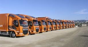 Nové vozy DAF řad LF, CF a XF na parkovišti v jachetním přístavu