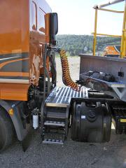 Připojení návěsu je zcela standardní, prostorná plošina umožňuje bezpečnou manipulaci s kabely