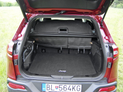 jeep - Druhá řada sedadel jde buď posunout o asi 20 cm vpřed, nebo celá sklopit