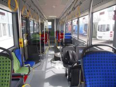 Interiér městského autobusu